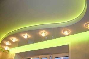 Двухуровневый парящий с криволинейной нишей и точечными светильниками