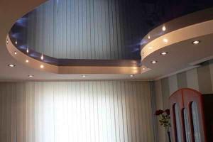 Двухуровневый с криволинейным переходом и точечными светильниками
